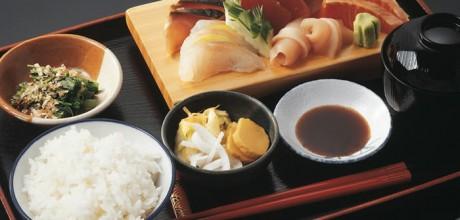 Plato completo con sopa miso, verduras y sashimi