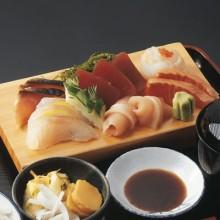plato con cortes de pescado o sashimi
