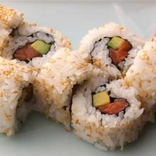 rolls de arroz salmon palta cubiertos con sesamo